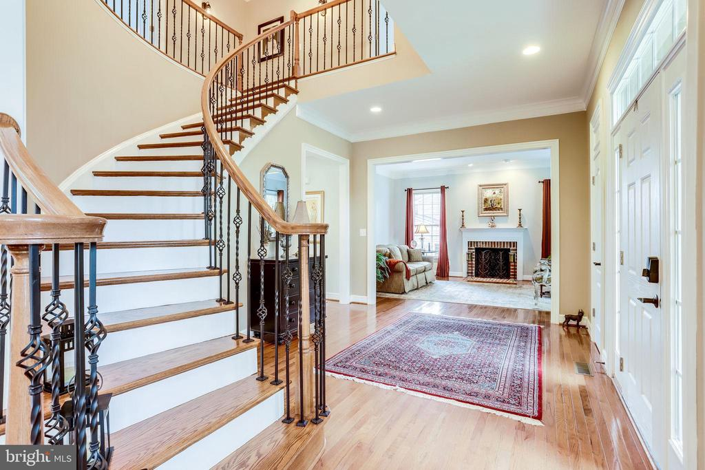 Curved staircase with iron balusters - 904 LOCUST ST, HERNDON