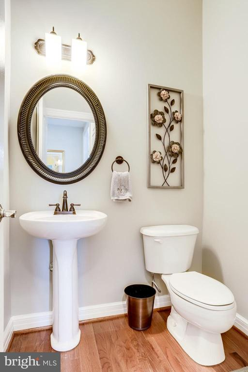 Main level powder room - 904 LOCUST ST, HERNDON