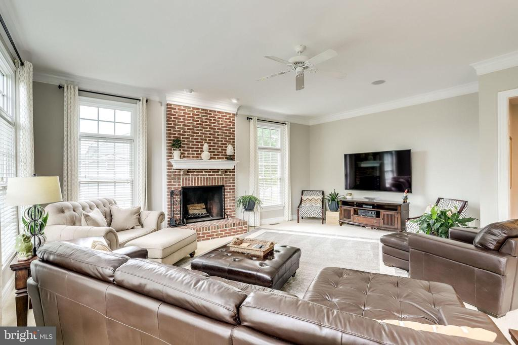 Awash with natural light - 904 LOCUST ST, HERNDON