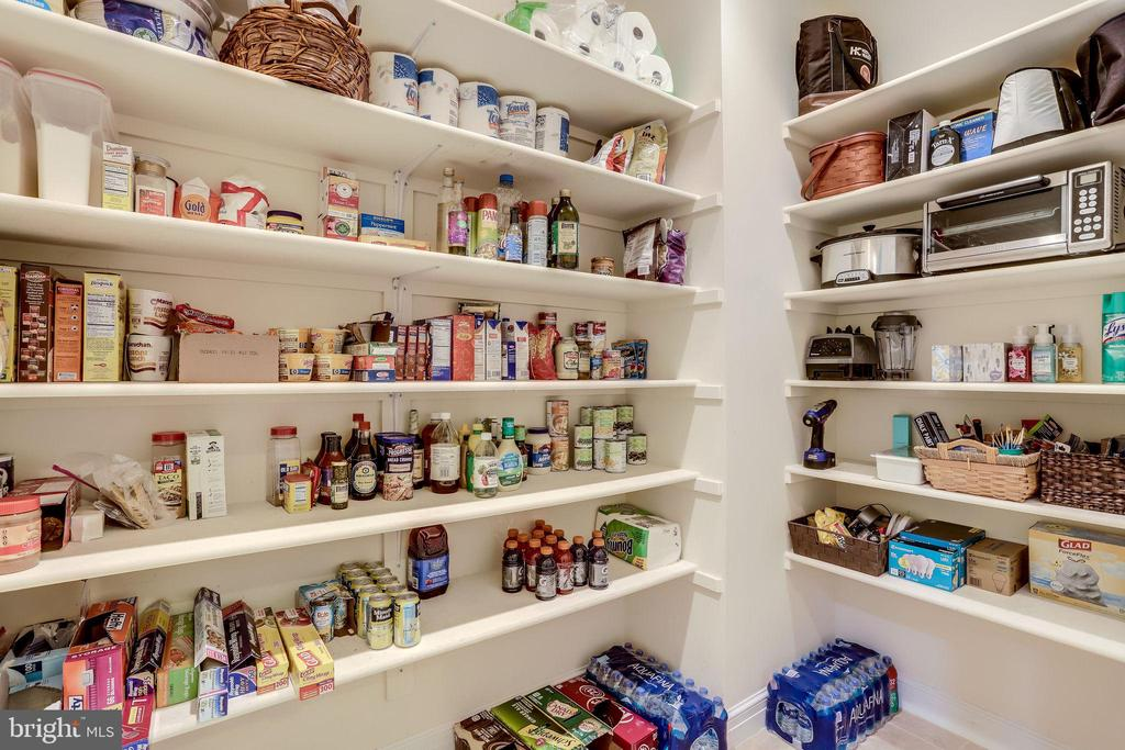 Walk-in pantry that most dream of - 904 LOCUST ST, HERNDON
