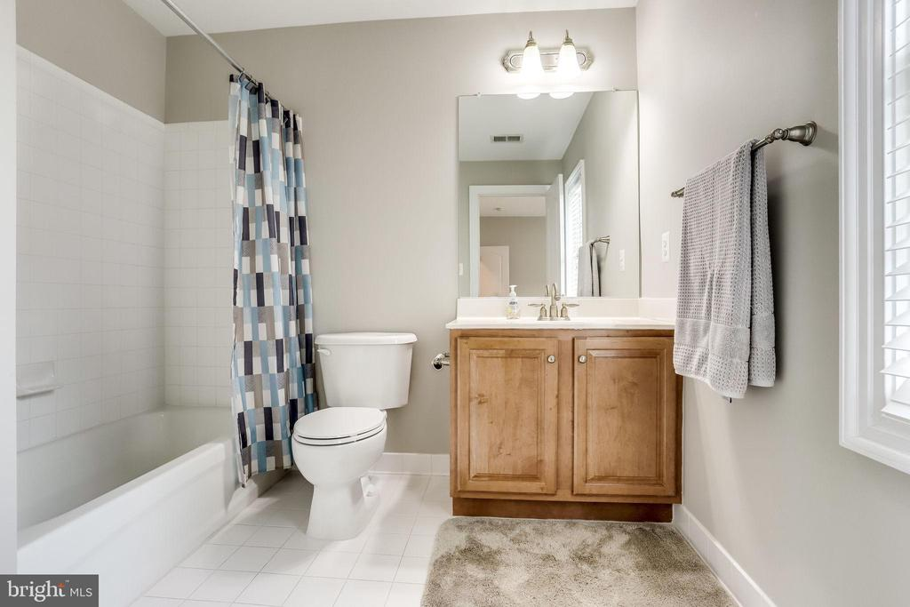 Private bath with tub/shower - 904 LOCUST ST, HERNDON