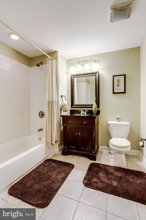 Full bath on the lower level - 904 LOCUST ST, HERNDON