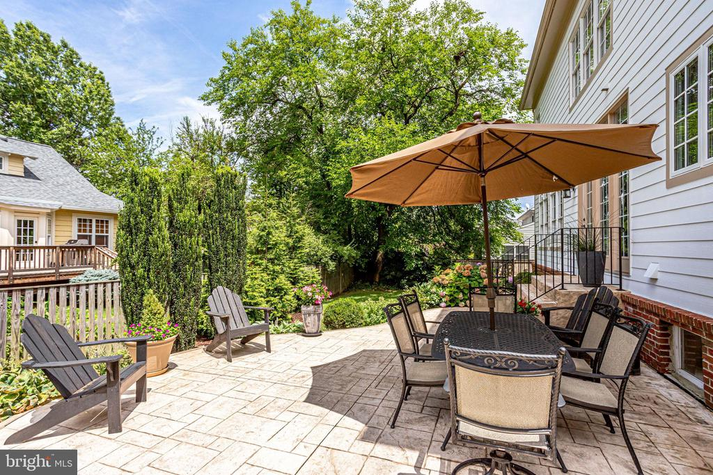 Invite friends over for a BBQ on the patio - 904 LOCUST ST, HERNDON
