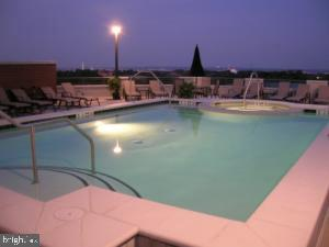 Pool at night - 1021 N GARFIELD ST #1002, ARLINGTON