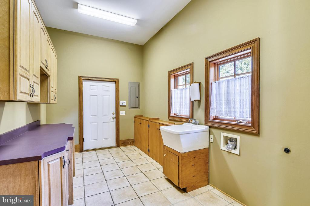 Laundry room between garage and kitchen - 69 TWIN POST LN, HUNTLY