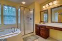 Owner's suite bath with separate shower - 43435 MINK MEADOWS ST, CHANTILLY