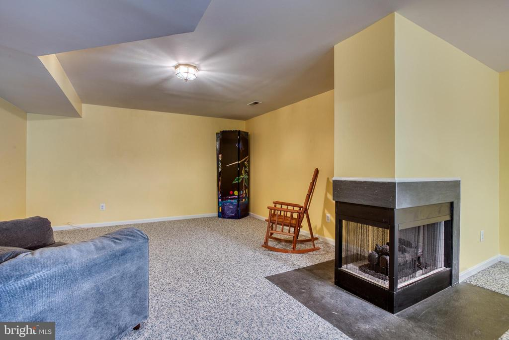 Game Room with 3 sided gas fireplace - 43435 MINK MEADOWS ST, CHANTILLY