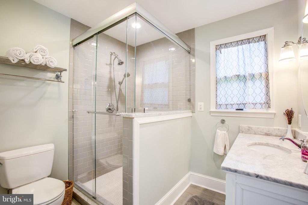 main level Full Bath w/ Step in Shower - 809 MORTIMER AVE, FREDERICKSBURG
