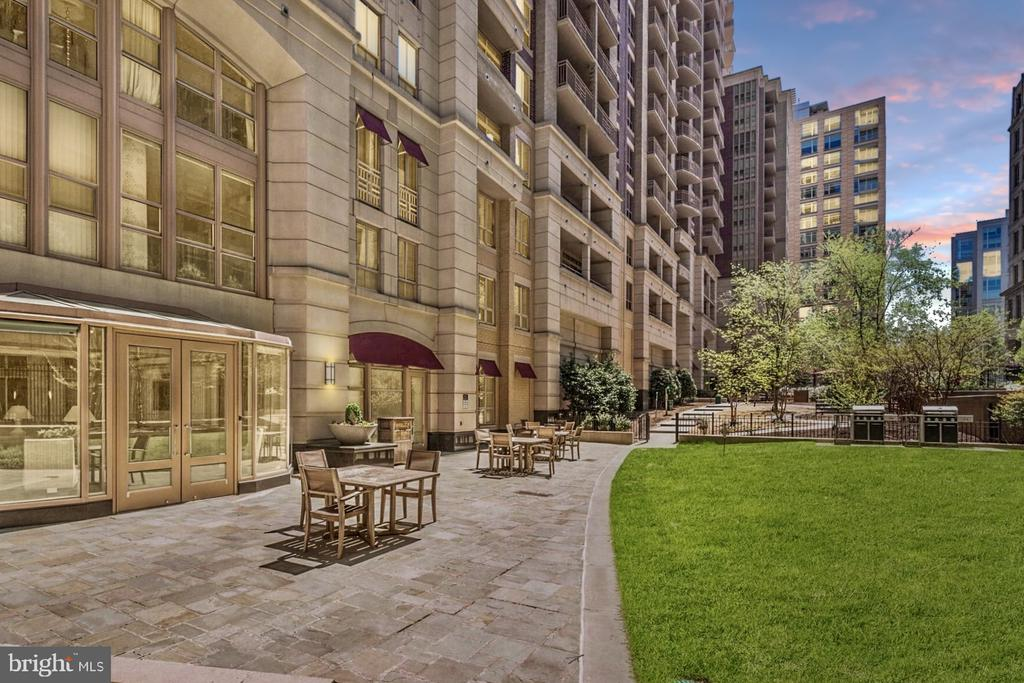 Lush private courtyard with gourmet gas BBQ grills - 888 N QUINCY ST #1506, ARLINGTON