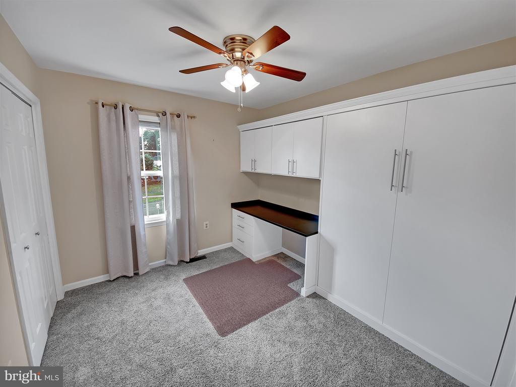 Guest Room with Built-in Murphy Bed & Desk - 10 BURKE CIR, HAMILTON