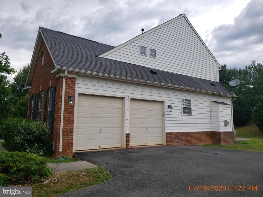 Side load garage - 208 WHISPERING WOODS PL, GORDONSVILLE