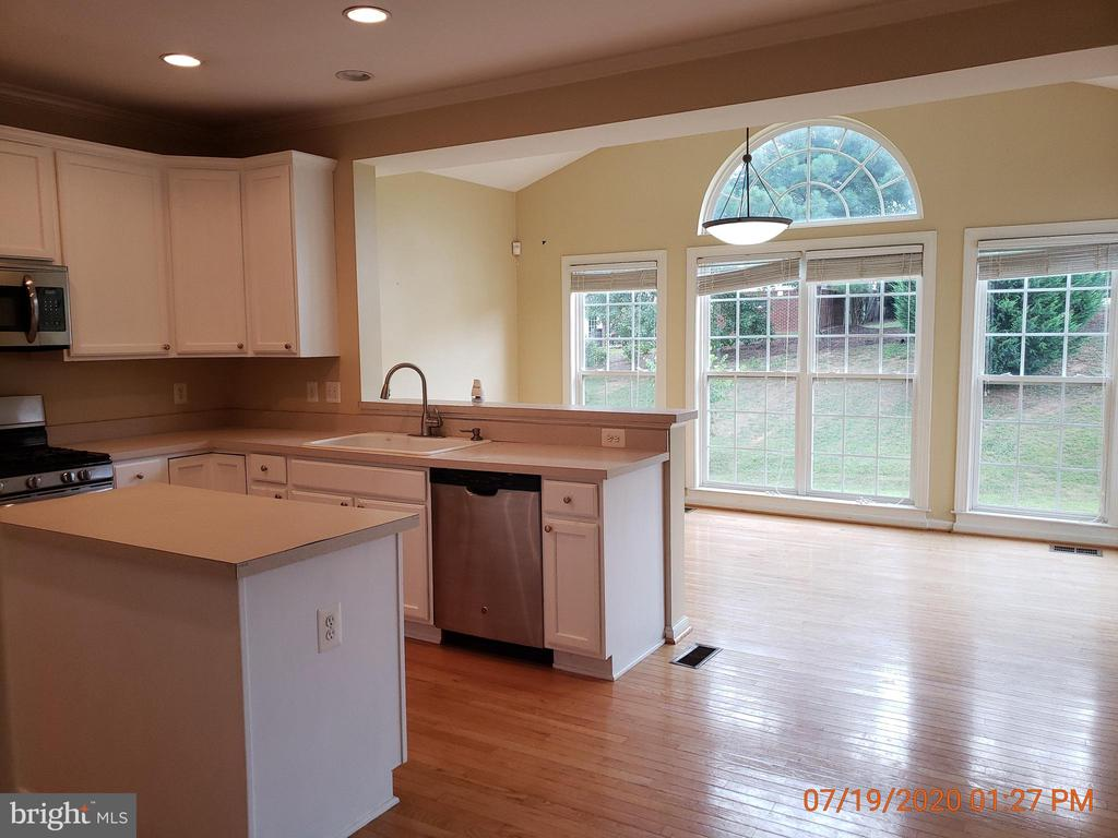Kitchen with Island - 208 WHISPERING WOODS PL, GORDONSVILLE