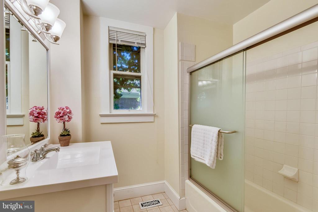 Main level bath with tub shower/vanity - 840 ELDEN ST, HERNDON