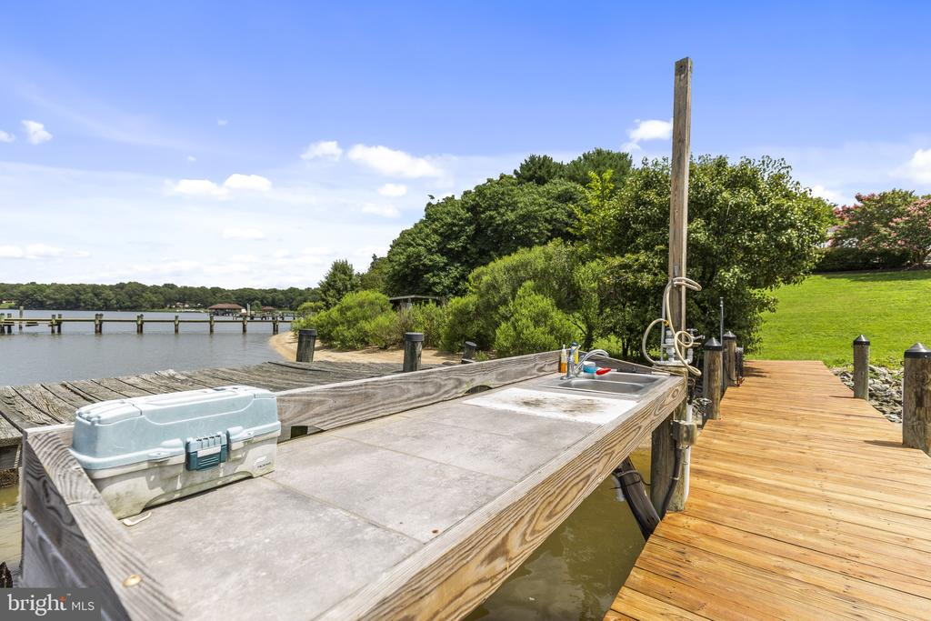Sink out on the pier - 3580 DEEP LANDING RD, HUNTINGTOWN