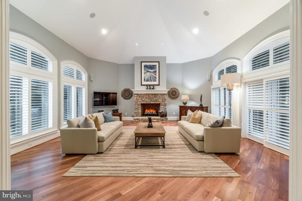 Family room with high vaulted ceiling - 15330 RIDING CLUB DR, HAYMARKET