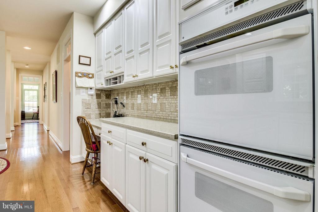 Open layout Kitchen w/ desk - 3720 SPICEWOOD DR, ANNANDALE