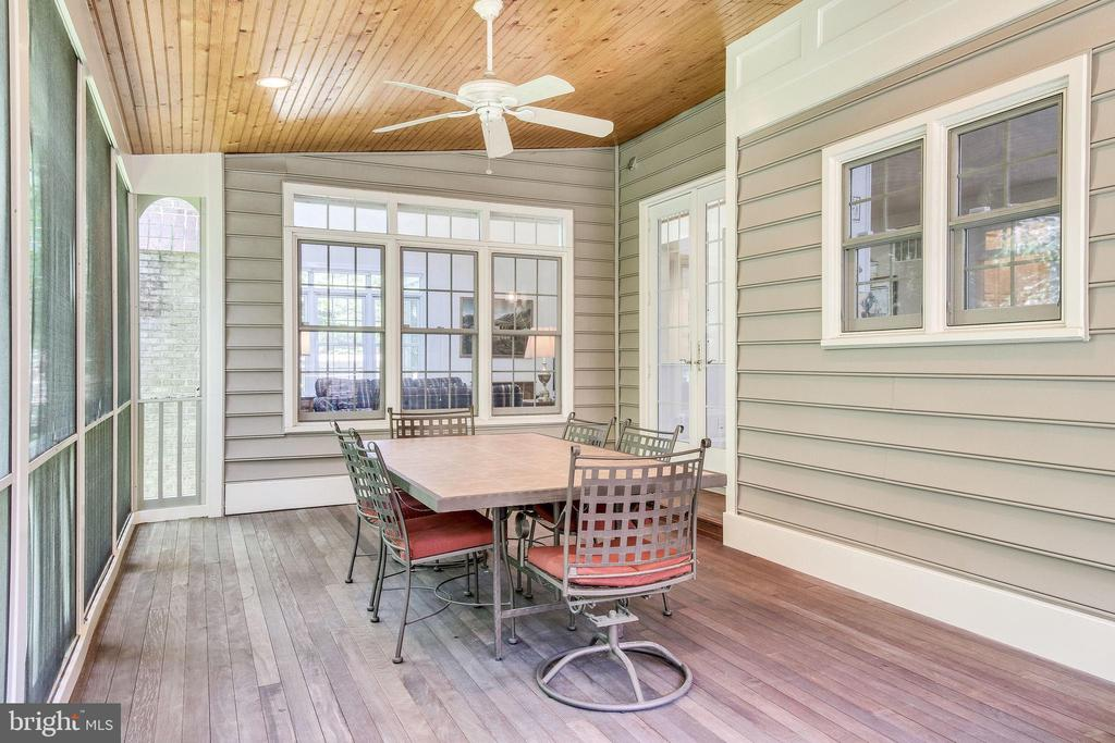 Custom screened deck off Kitchen - 3720 SPICEWOOD DR, ANNANDALE