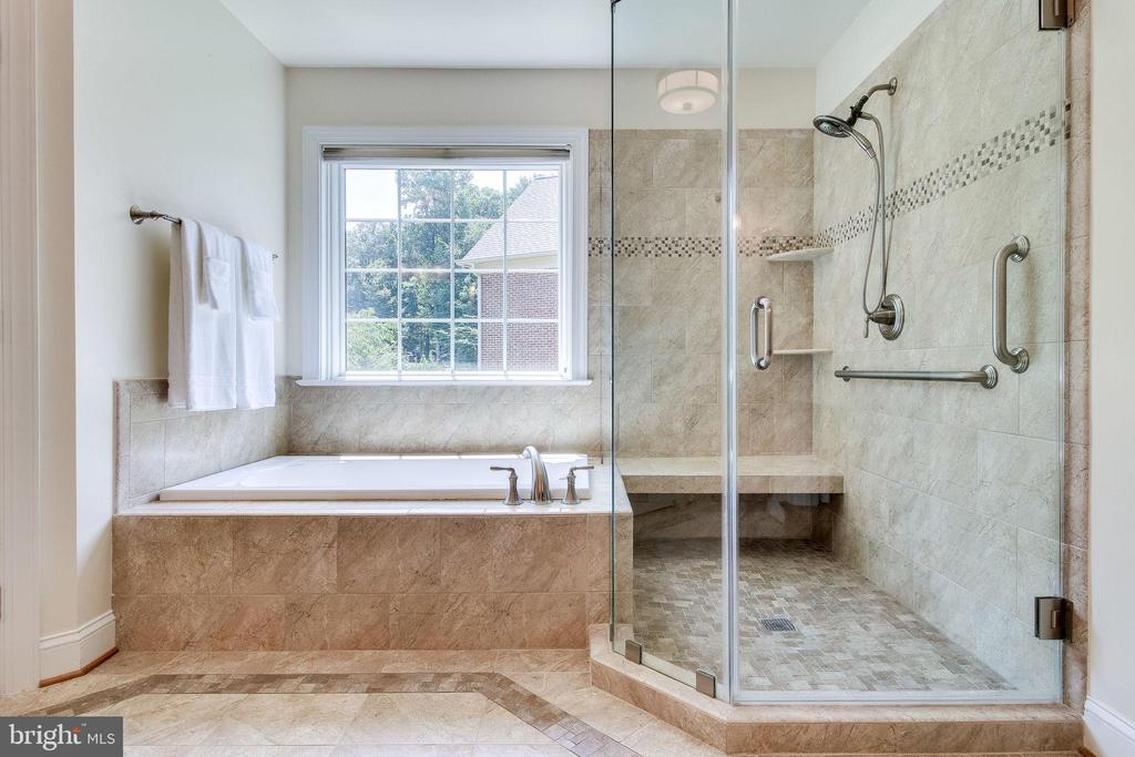 Huge Shower with seat &  frameless shower doors - 3720 SPICEWOOD DR, ANNANDALE