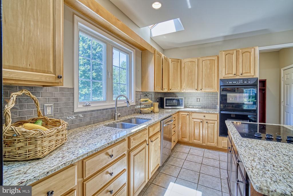 Kitchen -Granite Countertops & New Tile Backsplash - 40205 QUAILRUN CT, LOVETTSVILLE