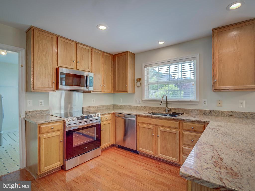 Kitchen with view to Exterior Deck and Backyard - 103 ENGLISH CT SW, LEESBURG