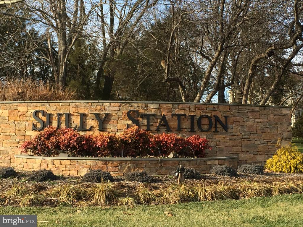 Sully Station community entrance - 14826 HUNTING PATH PL, CENTREVILLE