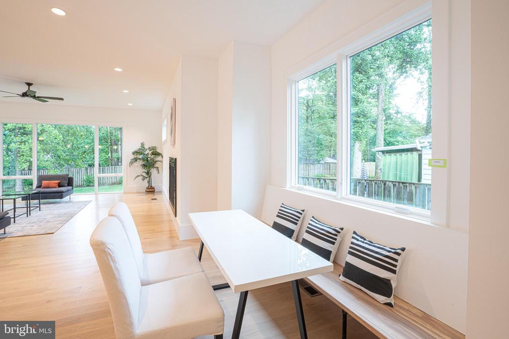 Built-in bench, beechwood seat, slanted back - 110 TAPAWINGO RD SW, VIENNA