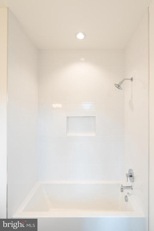 Tub, niche and recessed light - 110 TAPAWINGO RD SW, VIENNA