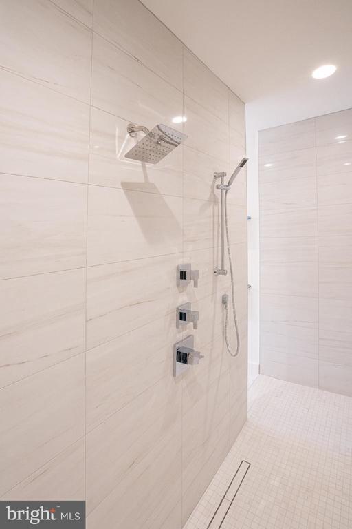 White tile - 110 TAPAWINGO RD SW, VIENNA