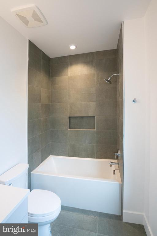 Bath - 110 TAPAWINGO RD SW, VIENNA