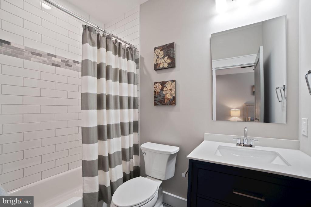 On suite Bath #2 - 5631 SOUTHAMPTON DR, SPRINGFIELD