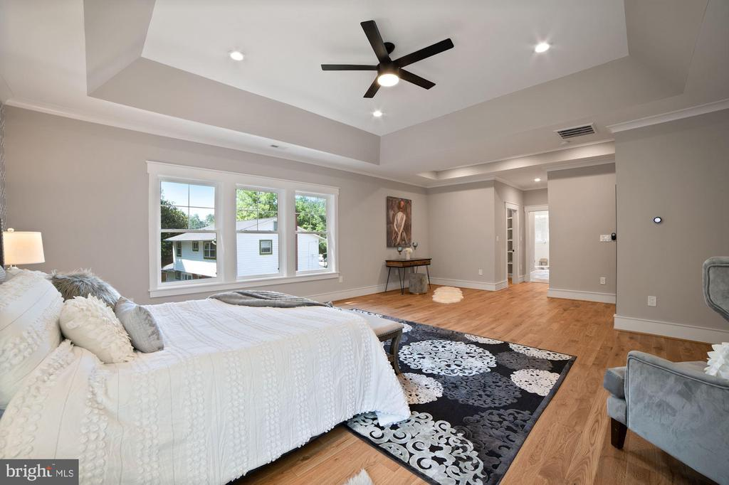 Tons of custom details and light - 5631 SOUTHAMPTON DR, SPRINGFIELD