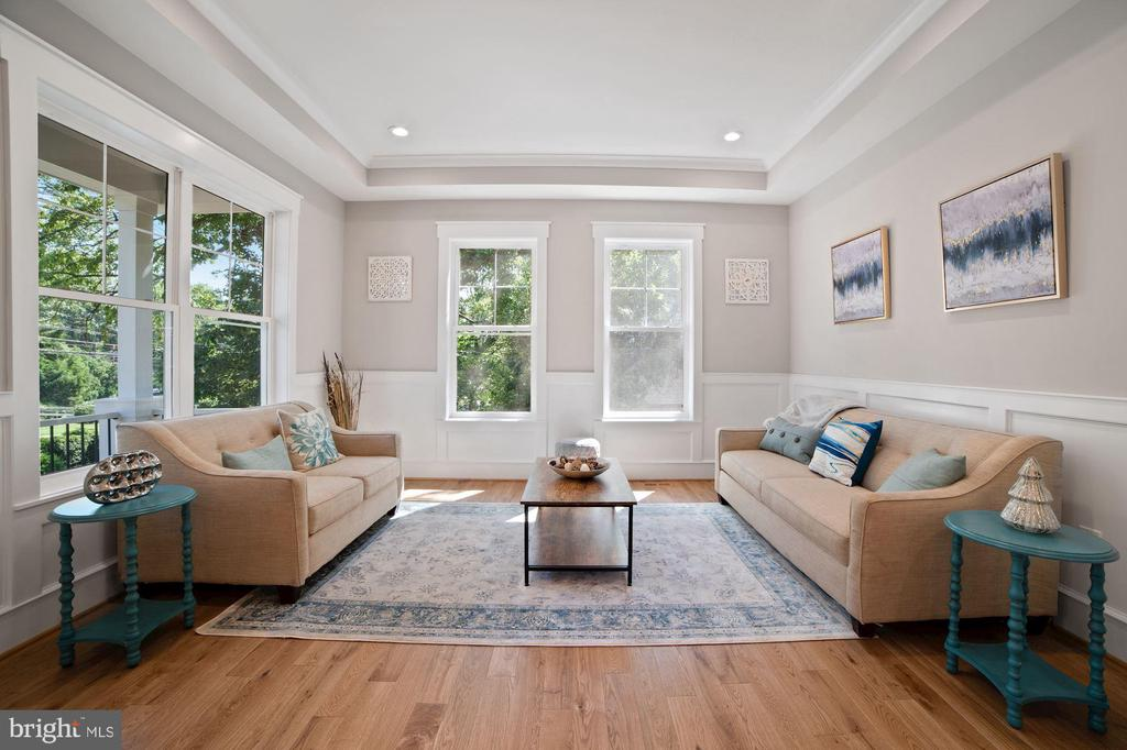 Living Room w. tons of natural light/ wainscoting - 5631 SOUTHAMPTON DR, SPRINGFIELD