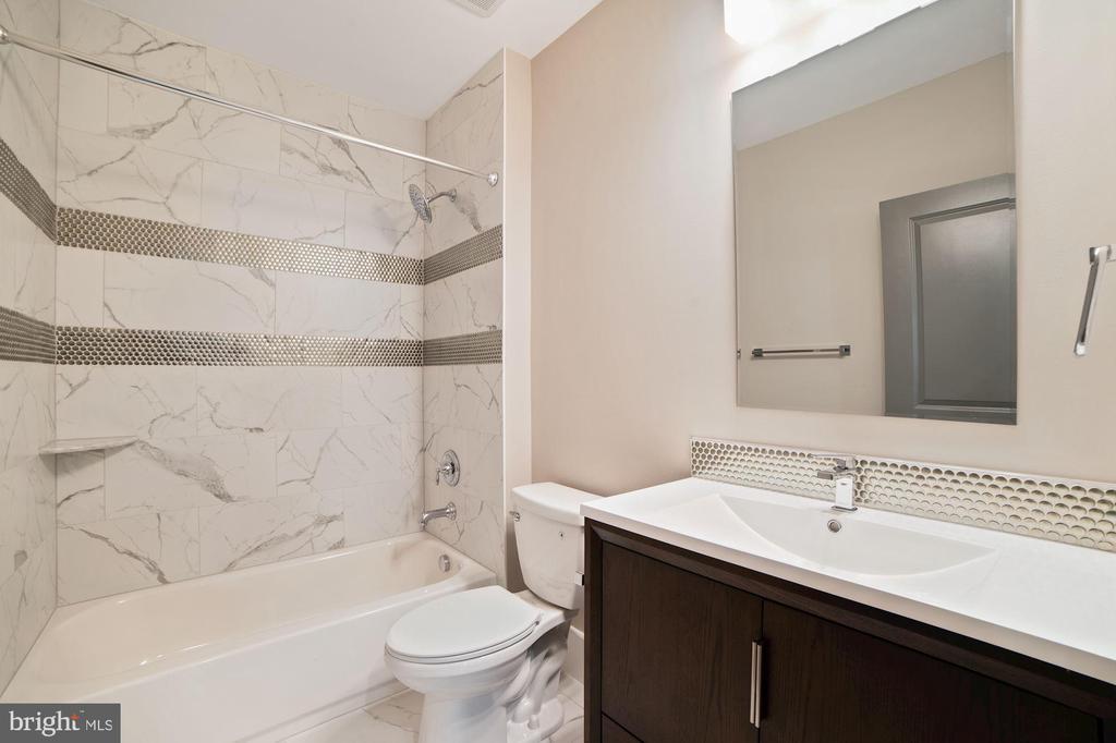 Lower Level bathroom - 5631 SOUTHAMPTON DR, SPRINGFIELD