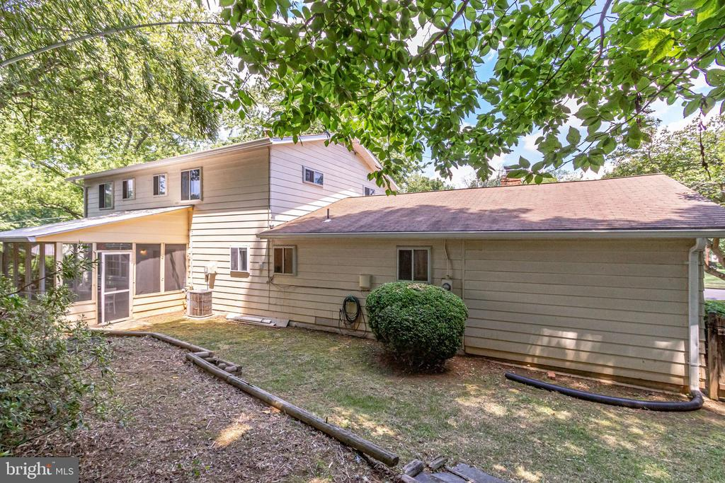 Private, flat yard backs to trees and foliage - 5000 FLEMING DR, ANNANDALE
