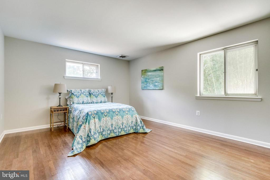 Master Bedroom ensuite is a relaxing oasis - 5000 FLEMING DR, ANNANDALE
