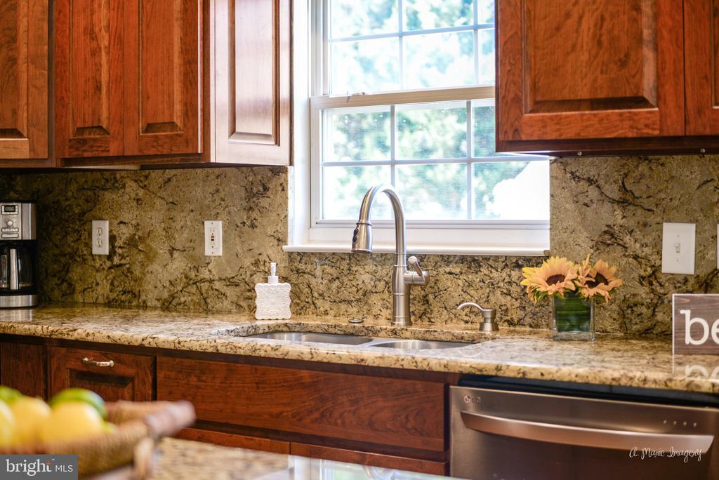 Gorgeous granite counters and backsplash - 62 PLEASANT ACRES DR, THURMONT