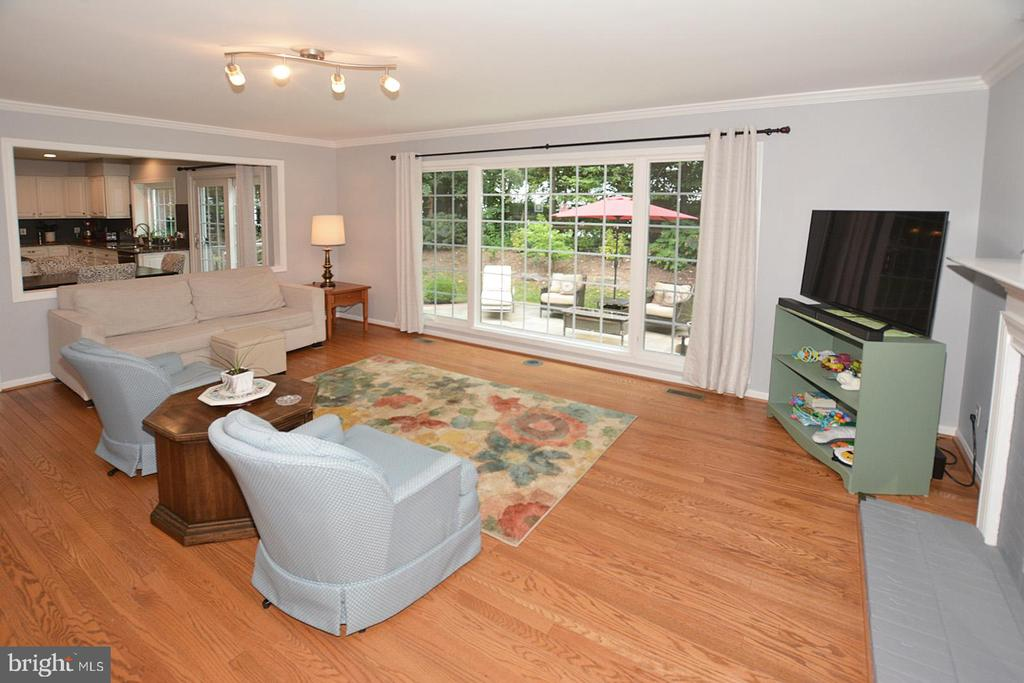 Gorgeous Family Room w/view of tranquil backyard - 20418 ROSEMALLOW CT, STERLING