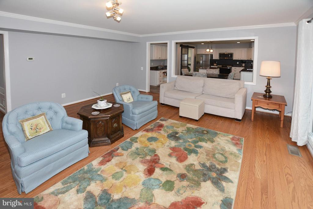 Family Room with view of Kitchen - 20418 ROSEMALLOW CT, STERLING
