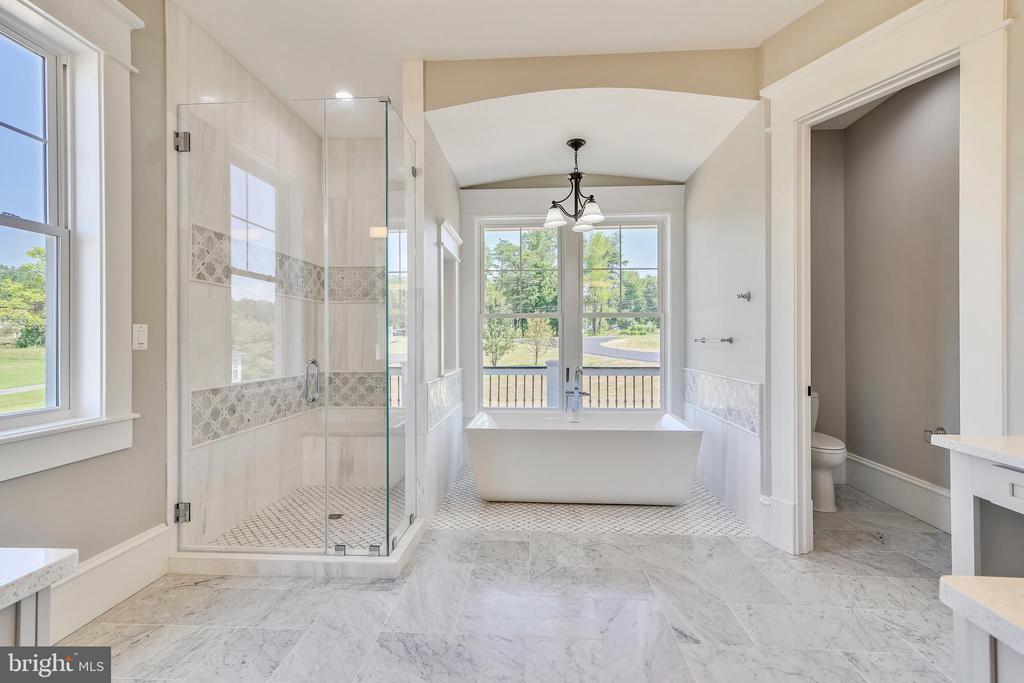 Master bathroom with soaking tub - 14612 BRISTOW RD, MANASSAS