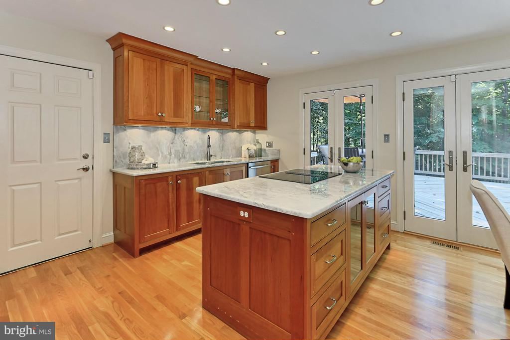 Beautiful traditional and glass front cabinetry - 9912 EVENSTAR LN, FAIRFAX STATION