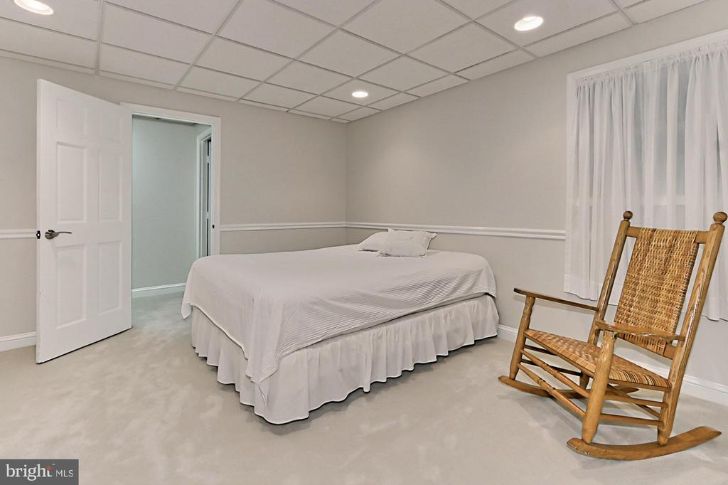 Guest room in lower level - 9912 EVENSTAR LN, FAIRFAX STATION