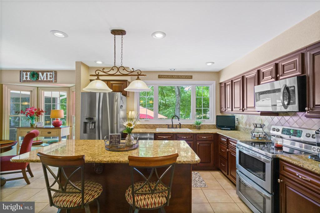 Center island breakfast bar - 6411 SPRINGHOUSE CIR, CLIFTON