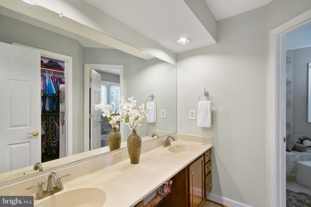 Double sink & full wall mirror - 6411 SPRINGHOUSE CIR, CLIFTON