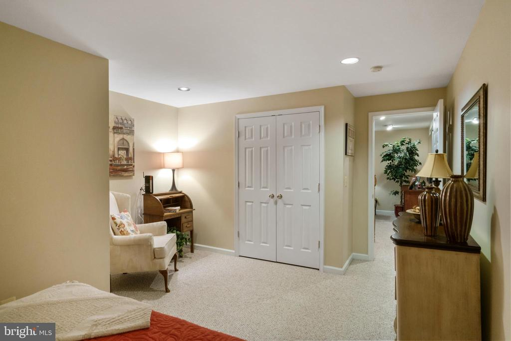 LL Den with sitting area & closet - 6411 SPRINGHOUSE CIR, CLIFTON