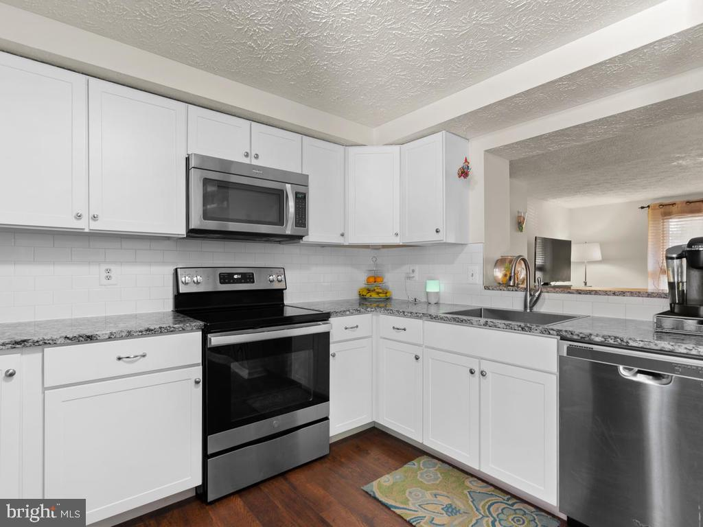 New Kitchen Cabinets, granite and appliances - 9193 FOREST BREEZE CT, SPRINGFIELD
