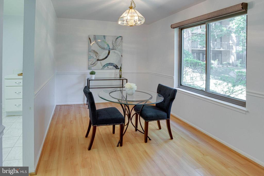 Dining room off kitchen and living room - 9802 KINGSBRIDGE DR #001, FAIRFAX