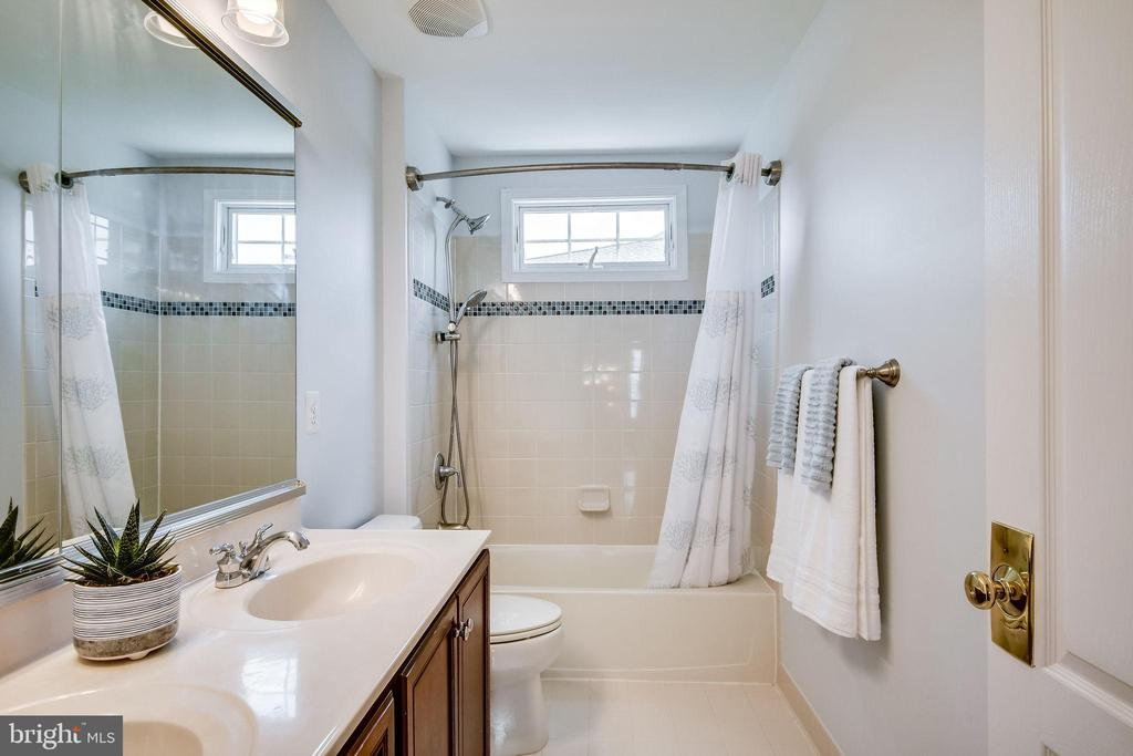 Hall Bath w/ Double Sink Vanity - 25973 STINGER DR, CHANTILLY