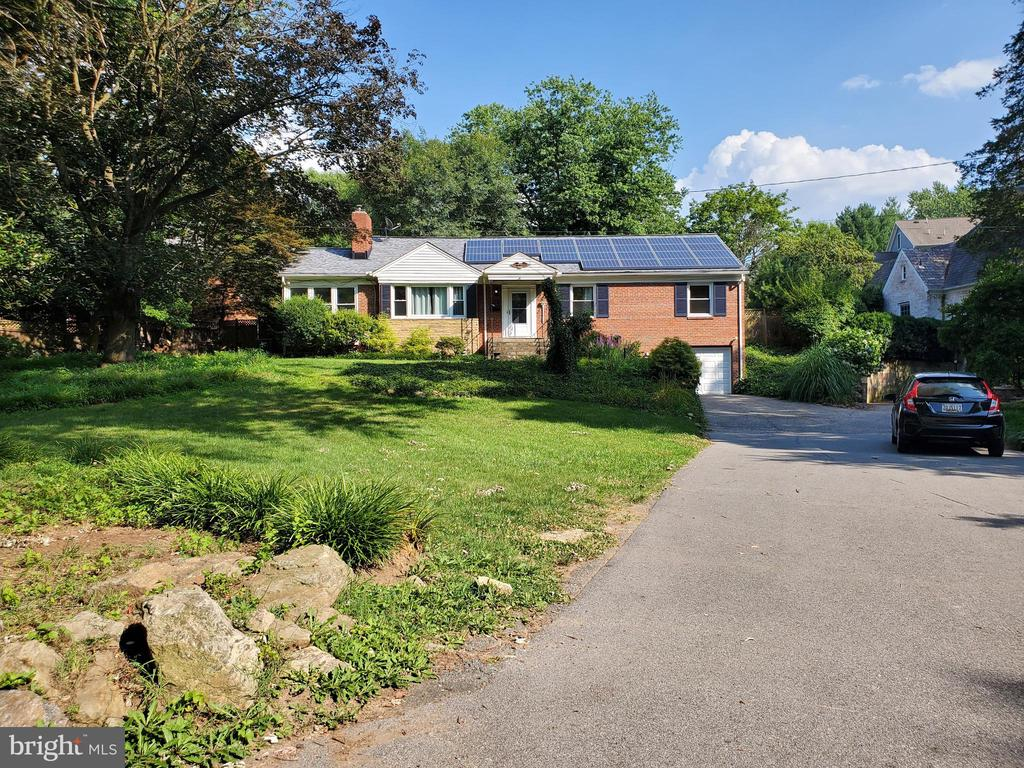 Wide, paved, shared drive. - 9407 BRUCE DR, SILVER SPRING