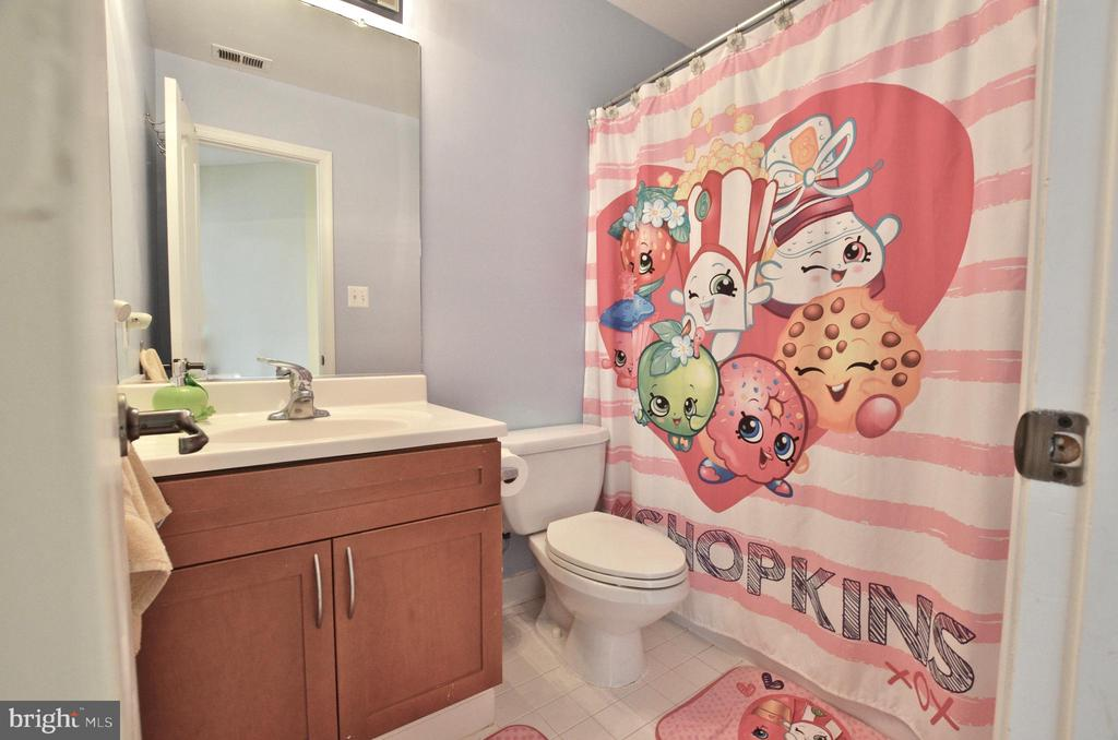 Upper level full bath - 46521 HOLLYMEAD PL, STERLING