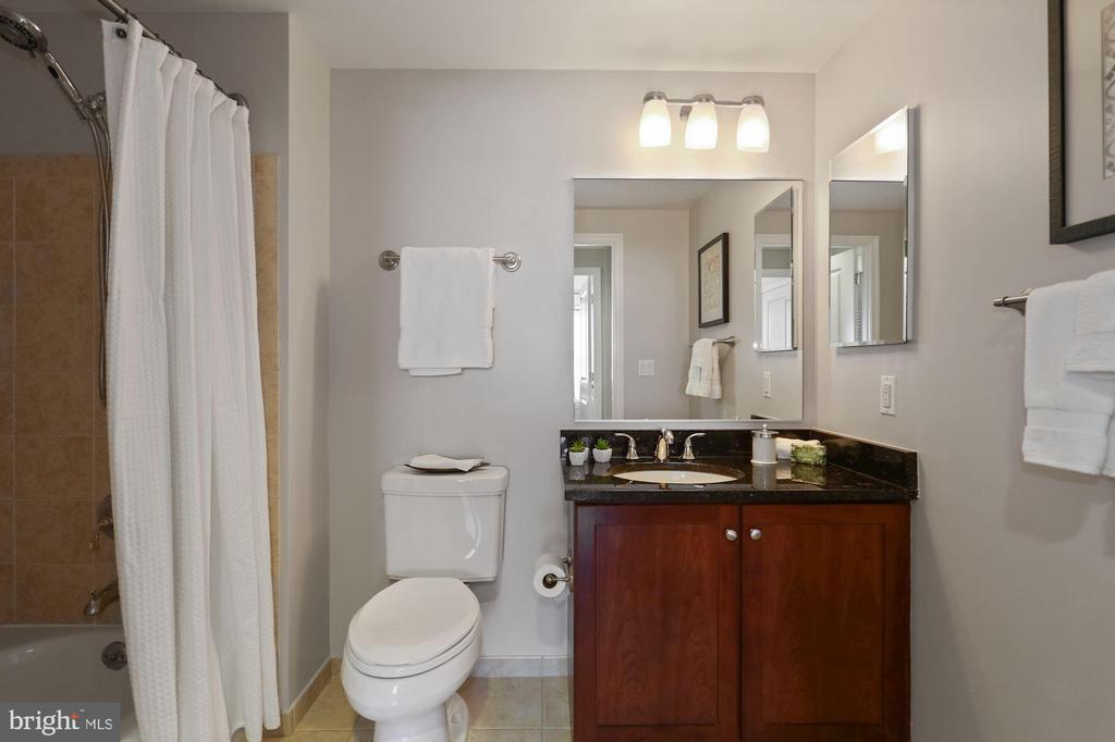 Clean, Cheerful Bathroom! - 1020 N HIGHLAND ST #821, ARLINGTON